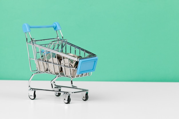 Carrito de compras lleno de monedas Foto Premium