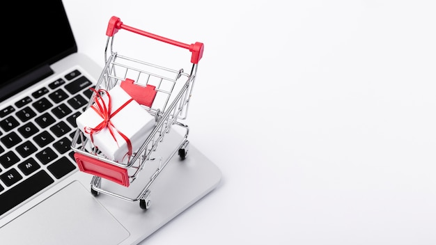 Carrito de compras sobre laptop Foto Premium