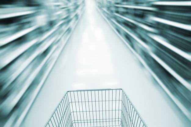 Carrito de compras y supermercado borroso. Foto Premium
