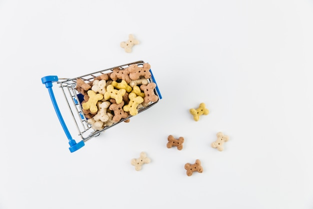 Carrito pequeño con comida para perros. Foto gratis
