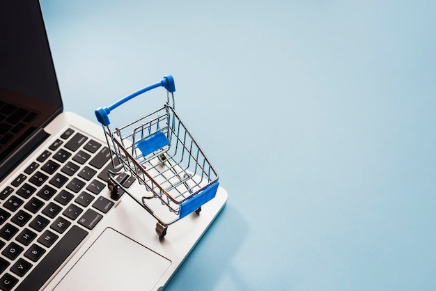 Carrito de supermercado en laptop Foto Premium