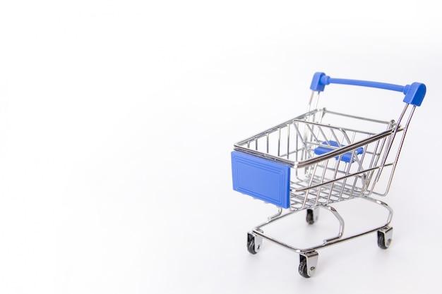 Carro de compras azul o carro de supermercado vacío aislado sobre fondo blanco con espacio de copia Foto Premium