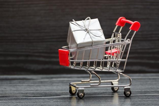 Carro de compras con cajas de regalo. venta de vacaciones Foto Premium