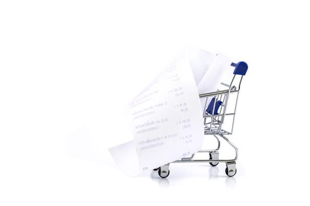Carro de compras con recibo aislado sobre fondo blanco Foto Premium