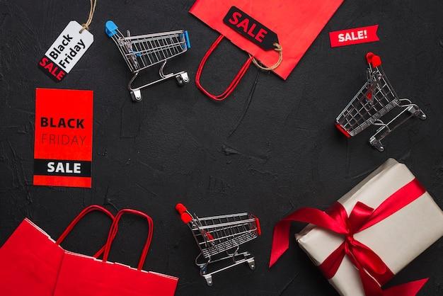 Carros de la compra, paquetes, regalos y etiquetas. Foto gratis