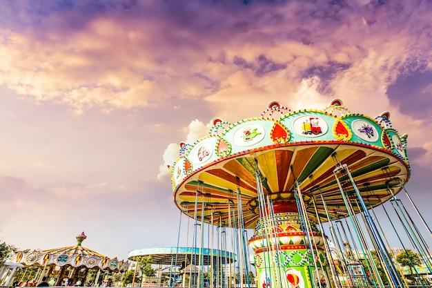 Carrusel. caballos en un carnaval merry go round. Foto gratis