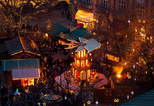 Carrusel de navidad típico de madera, munich Foto Premium
