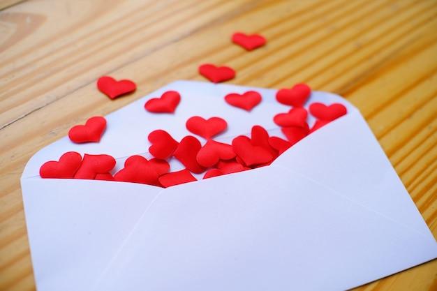 Carta De Amor Del Día De San Valentín Sobre Abierto Y Muchos
