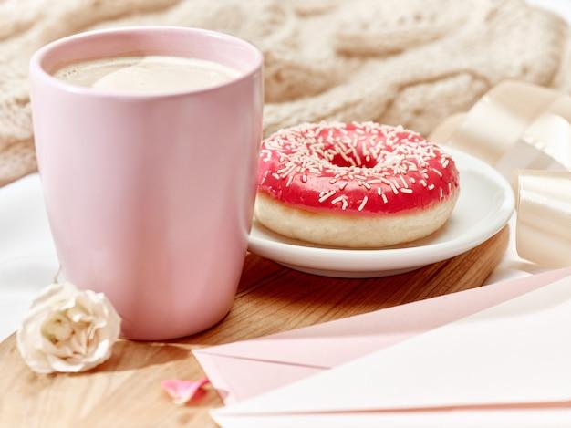 Carta de amor en la mesa con desayuno Foto gratis