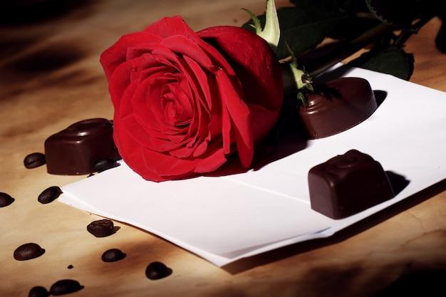 Carta de amor y rosa roja Foto gratis