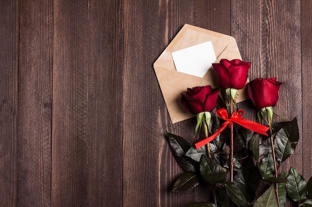 Carta de amor del sobre del día de san valentín con rosa roja del día de madres de la tarjeta de felicitación Foto gratis