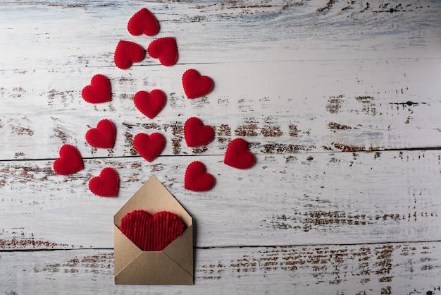 Carta en blanco sobre fondo de madera, concepto de día de san valentín Foto gratis