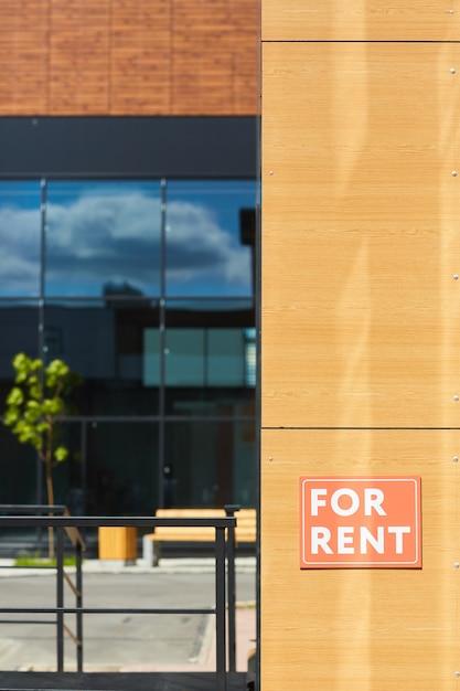 Cartel en alquiler en la pared de la casa moderna Foto Premium
