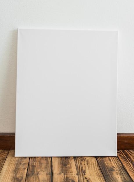 Cartel blanco apoyado en una pared | Descargar Fotos gratis