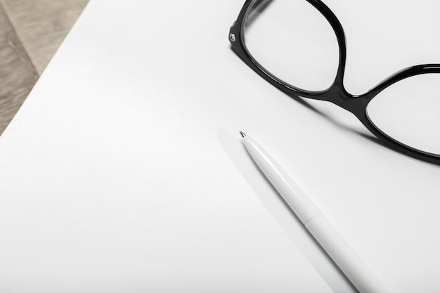 Cartel en blanco sobre madera para reemplazar tu diseño. Foto Premium