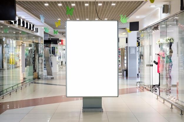 Cartel de publicidad en blanco maqueta dentro de centro comercial Foto Premium