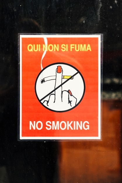 Cartel con símbolo y texto no fumar. Foto gratis