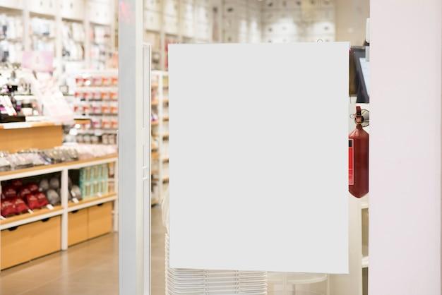 Cartelera blanca pegada en escaparate Foto gratis