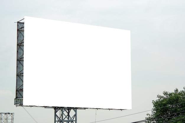 Cartelera en blanco y azul cielo Foto Premium