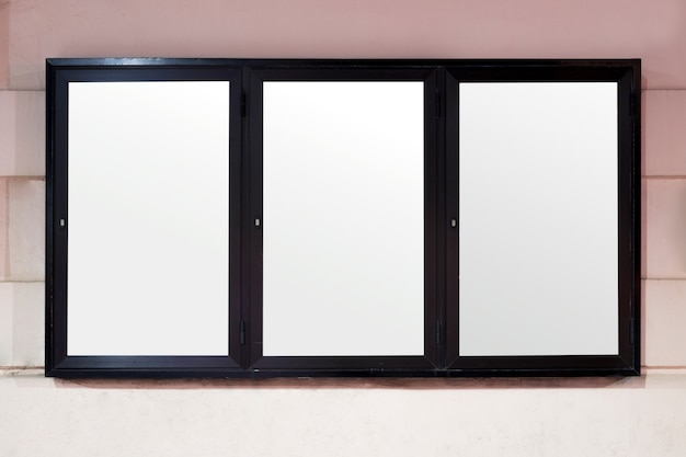 Cartelera de publicidad en blanco blanco con borde negro en la pared Foto gratis