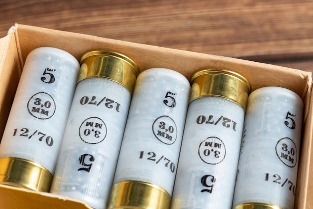 Cartuchos De Color Calibre 12 Calibre Conchas De Caza En Una Caja De Cerca Foto Premium