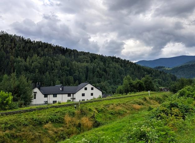 Casa blanca en montañas de los cárpatos Foto Premium