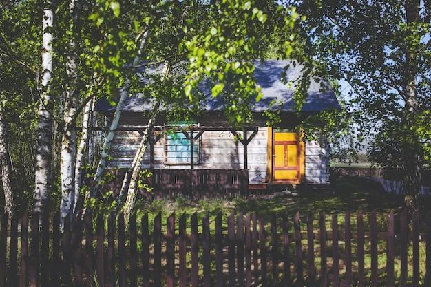 Casa con la puerta amarilla descargar fotos gratis for Foto casa gratis