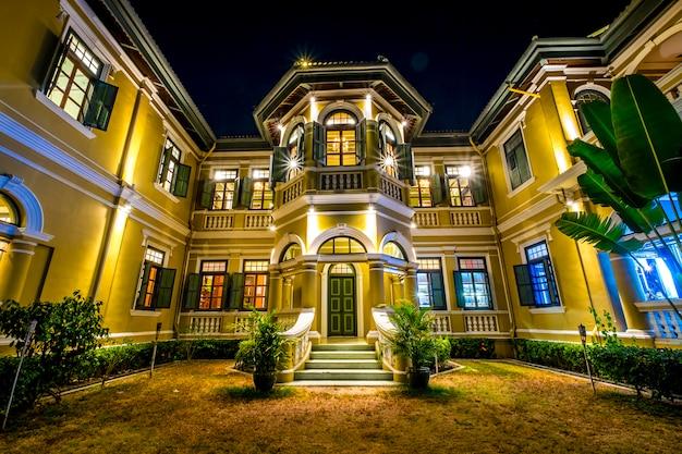 Casa de estilo colonial en escena nocturna Foto gratis