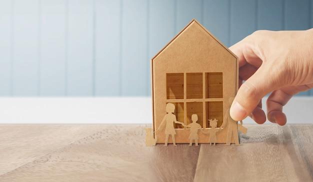Casa de estructura residencial en mano Foto Premium