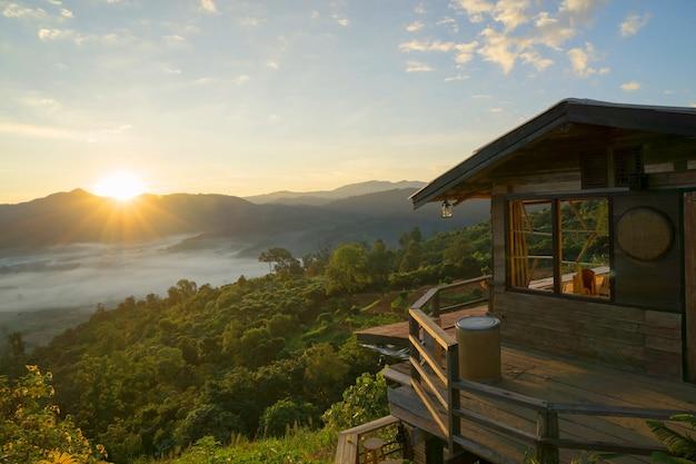 Casa De Madera En La Cima De La Montana En Tailandia Descargar