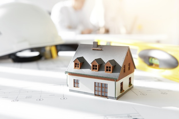 Casa modelo en planos de proyecto Foto gratis