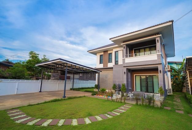 Casa moderna con cielo Foto Premium