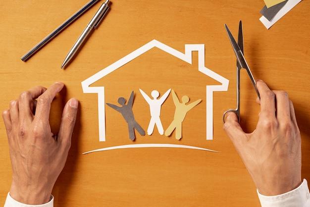 Casa y personas hechas de papel vista superior Foto gratis