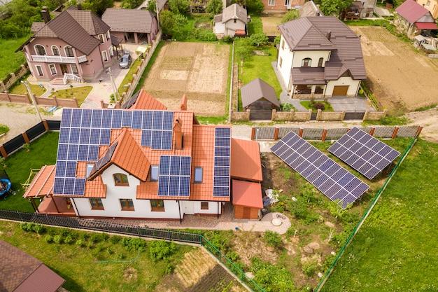 Casa residencial con paneles solares en el techo. Foto Premium