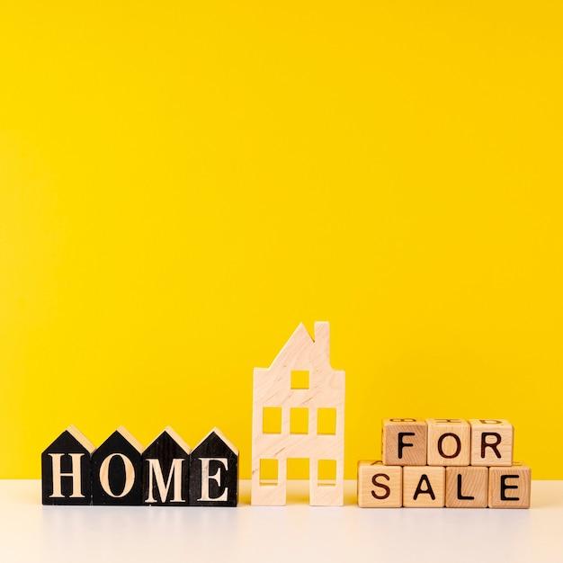 Casa en venta letras sobre fondo amarillo Foto gratis