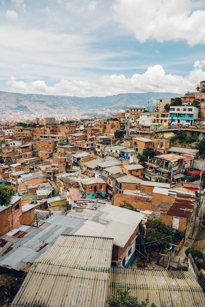 Casas en las colinas de comuna en medellín, columbia Foto Premium