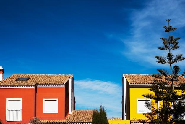 Casas con fachada de colores mediterráneos y cielo azul