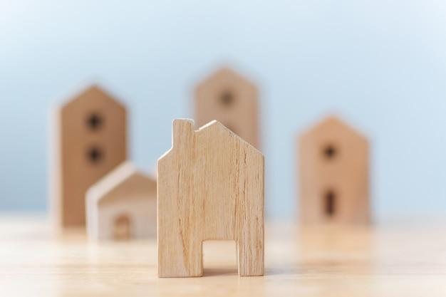 Casas de madera modelo miniatura en mesa Foto Premium