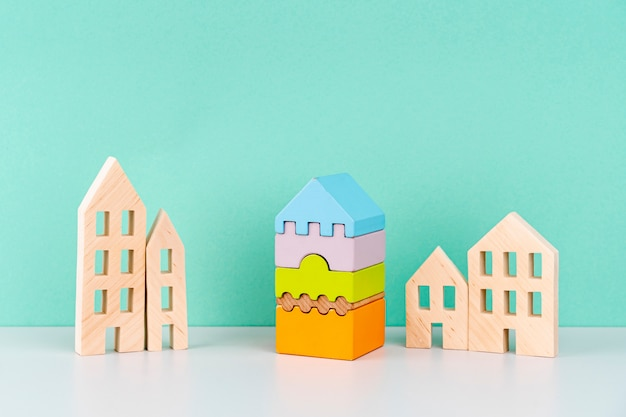 Casas en miniatura sobre fondo azul Foto gratis