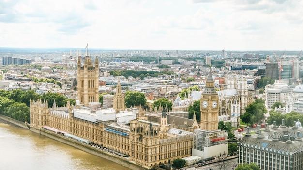 Casas del parlamento y bigben próximo frente al río en londres Foto Premium