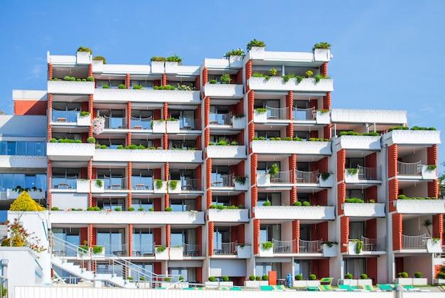 Casas de varios pisos en las montañas de montenegro, budva. Foto Premium