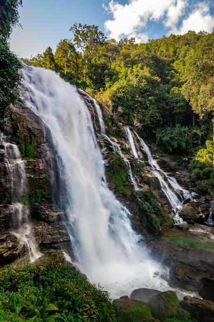 Cascada de las cataratas de wachirathan en chang mai tailandia Foto Premium