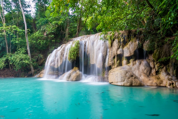 Cascada hermosa en el parque nacional de la cascada de erawan en kanchanaburi, tailandia Foto Premium