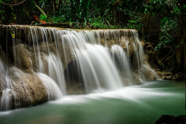 Cascada de huai mae khamin en la profunda selva tropical en la presa srinakarin, parque nacional en tailandia Foto Premium