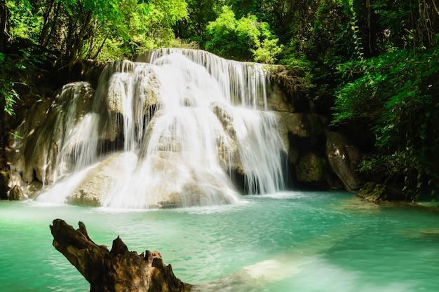 Cascada huay mae kamin Foto Premium