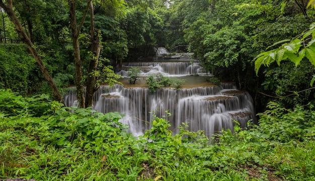 Cascada que es una capa en tailandia Foto gratis