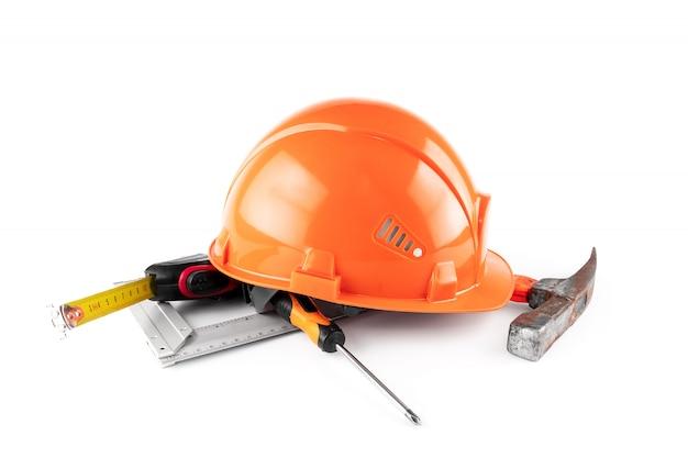 Casco de construcción blanco, cinta métrica, martillo, destornillador. concepto de arquitectura, construcción, ingeniería, diseño, reparación. copia espacio Foto Premium