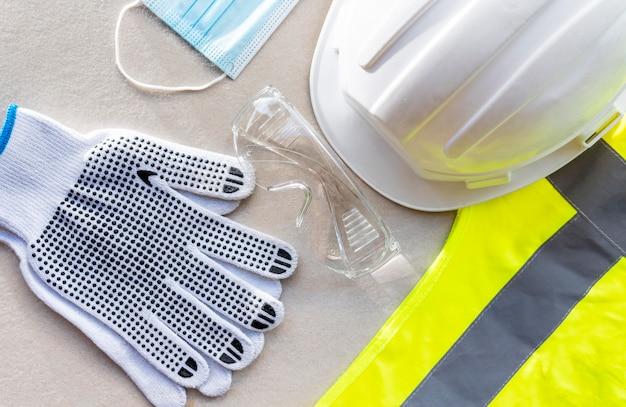 Casco de construcción de seguridad de vista superior y máscara médica Foto gratis