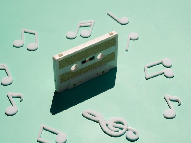 Cassette blanco viejo en luz con sombra Foto gratis