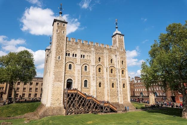 Castillo principal dentro de la torre de londres y las paredes exteriores en londres Foto Premium